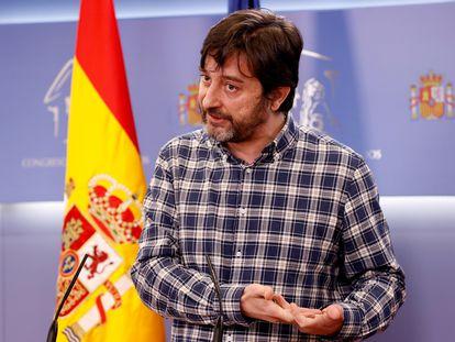 El portavoz de Podemos, Rafael Mayoral, este jueves en rueda de prensa en el Congreso de los Diputados.