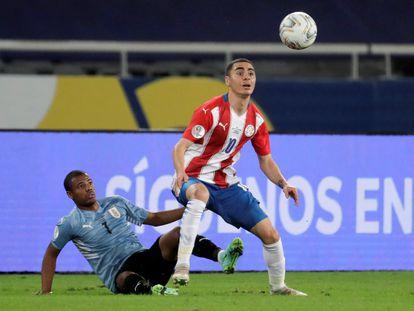 Nicolás de la Cruz de Uruguay mira desde el césped el control de Miguel Almirón, en la Copa América.