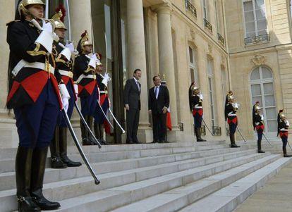 Rajoy y Hollande posan en la escalinata del palacio del Elíseo.