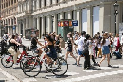 Bicicletas en la Plaza de Cataluña, que carece de carril bici, en junio.