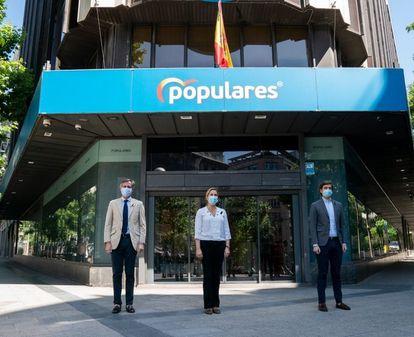 Los vicesecretarios del PP Antonio González Terol, Ana Beltrán y Pablo Montesinos guardan un minuto de silencio delante de la sede nacional del PP en Madrid, el pasado miércoles.