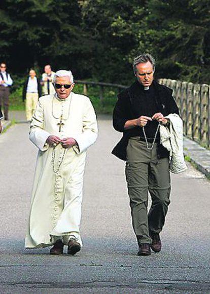 Benedicto XVI junto a su secretario personal, George Gänswein.
