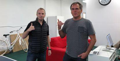 Micha Benoliel (fundador) y Christophe Daligault (director de marketing, a la derecha), en la sede de Firechat, en la bahía de san Francisco.