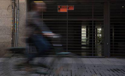 Cartel de venta de una plaza de garaje en la calle de Muñoz Torrero, en el entorno de Madrid Central.