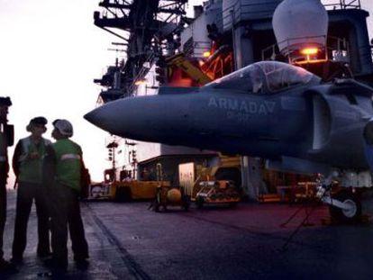 Un Harrier, parado en la cubierta del Príncipe de Asturias, a la espera de reponer combustible antes de volver a despegar.