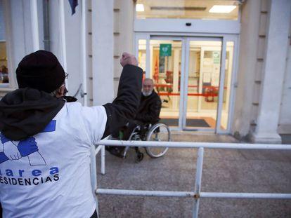"""Miembros de la Marea de Residencias este lunes concentrados a las puertas de la residencia de mayores de Madrid """"Gran Residencia"""", cuya directora fue imputada en diciembre por homicidio por no derivar a una residente a un centro hospitalario."""