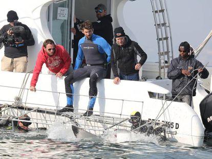 Michael Phelps, en un barco antes de nadar con un tiburón blanco en Ciudad del Cabo (Sudáfrica).