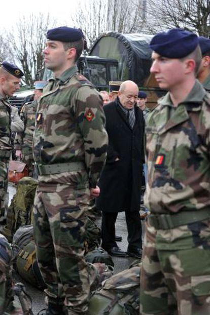 El ministro de Defensa francés, Jean-Yves Le Drian, visita a las tropas en la base de Vannes, el martes.