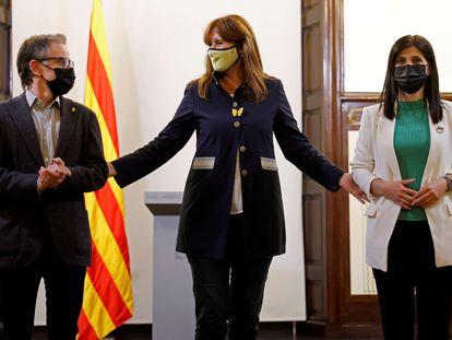 La presidenta del Parlament, Laura Borràs (en el centro), acompañada de la portavoz de ERC, Marta Vilalta, y el diputado Josep Maria Jové, durante la ronda de consultas, este miércoles.