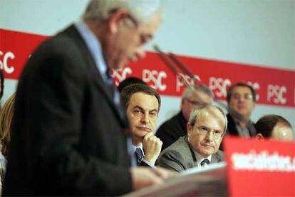 José Luis Rodríguez Zapatero y José Montilla escuchan la intervención de Pasqual Maragall durante la reunión del Consejo Nacional del PSC.