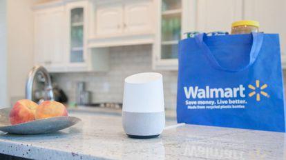 El asistente Google Home junto a una bolsa de Walmart en una imagen promocional.
