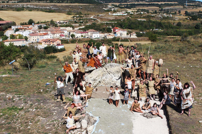 Vecinos de Reinoso (Burgos) disfrazados en una imagen de promoción del dolmen de El Pendón.