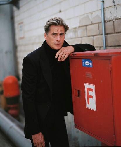 Mark Vanderloo viste chaqueta y pantalón de lana y jersey de cuello  alto, todo de Dolce & Gabbana.