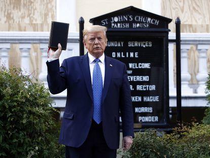 Donald Trump, el pasado lunes, posando con una Biblia frente a la Iglesia de Saint John.