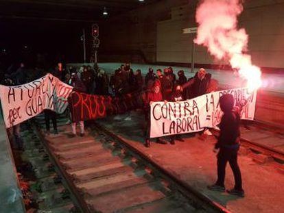 · Afectadas la AP-7 en Girona y en la AP-2 en Lleida · Los bajos servicios mínimos marcan una huelga que amenaza la movilidad · Cinco columnas de manifestantes confluyen este viernes en Barcelona