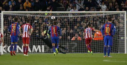 Gameiro falla el penalti ante el Barcelona.