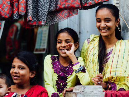 Tres niñas sonríen en Barush, en el subcontinente indio. Los macrodatos pueden ayudar a rellenar los grandes vacíos de información sobre el bienestar de las mujeres en el mundo. Han participado en el informe de Data2X el MIT, ONU Global Pulse, Flowminder Foundation, WorldPop, Universidades Georgia Tech University y de Leiden.