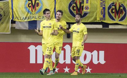Gerard Moreno festeja con Moi y Jaume Costa su gol al Getafe.