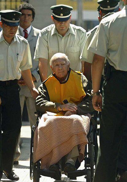 El pederasta Paul Schaefer poco después de ser detenido en 2005