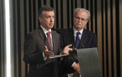 El lehendakari, Iñigo Urkullu, dirige unas palabras en la fiesta de Ibermática, en presencia del presidente de esta compañía, José Luis Larrea.