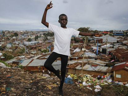 Un joven estudiante de ballet posa delante del barrio chabolista de Kibera, en Nairobi, uno de los suburbios más empobrecidos de África.