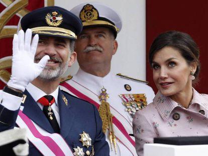 El Rey saluda desde la tribuna del desfile del Dia de las Fuerzas Armadas, celebrado en Logroño.