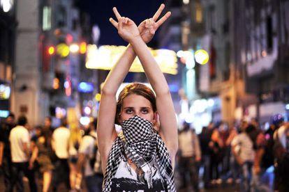 Una manifestante en la plaza de Taksim de Estambul, el 22 de junio.