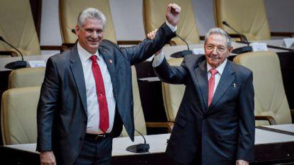 El presidente de Cuba, Miguel Díaz Canel, junto a Raúl Castro.