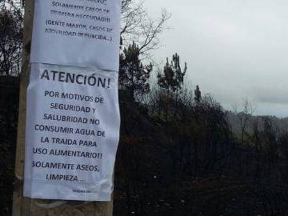 Carteles en Carballeda de Avia tras los incendios de octubre.