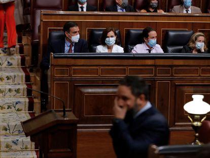 El líder de Vox, Santiago Abascal, pasa delante del presidente del Gobierno, Pedro Sánchez y de los vicepresidentes del Ejecutivo.