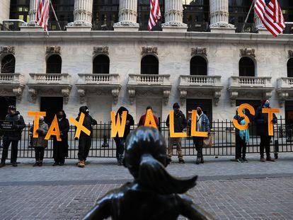 Un grupo de manifestantes protesta frente a la Bolsa de Nueva York por la decisión de Robinhood de suspender la compra de acciones de GameStop la pasada semana.