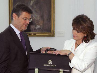 Dolores Delgado recibe la cartera de su Ministerio de manos de su antecesor en el cargo, Rafael Catalá.