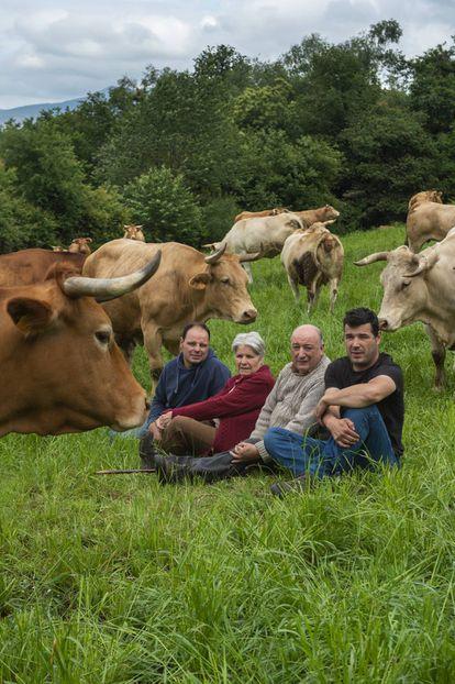 En Lugo, rodeados de sus vacas, Aurita Quiroga y Manuel López con sus hijos Martín (derecha) y Manuel.