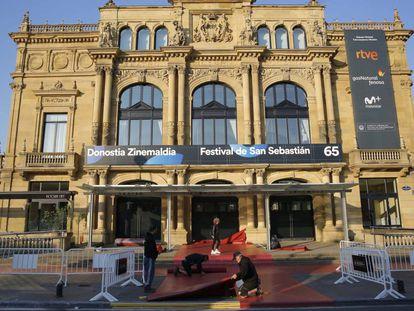 Últimos preparativos en el Teatro Victoria Eugenia para la apertura del Festival de San Sebastián.