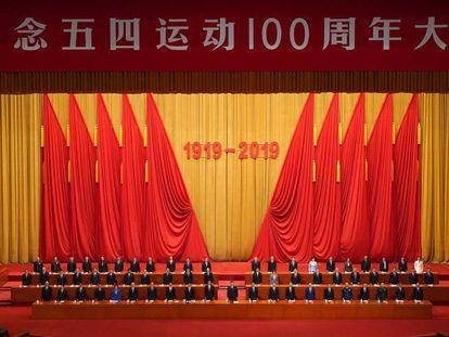 Los asistentes se levantan para escuchar la Internacional al concluir Xi Jinping su discurso con motivo del aniversario, este viernes en Pekín.