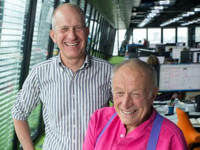 Simon Smithson (de pie) y Richard Rogers fotografiados en su estudio de Londres.