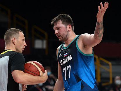 El esloveno Luka Doncic habla con el árbitro en las semifinales de baloncesto contra Francia en los Juegos Olímpicos de Tokio