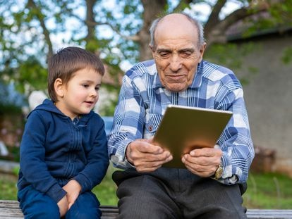 Tanto las personas de la tercera edad como los más jóvenes mejorarán sus habilidades digitales gracias a esta iniciativa de la Fundación Orange.
