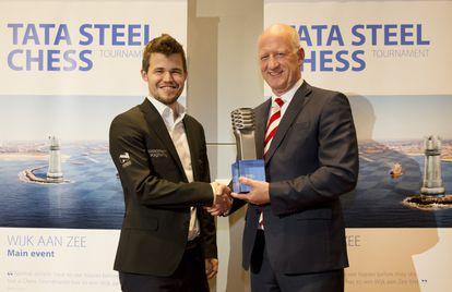 Magnus Carlsen recibe de un directivo del patrocinador el premio al vencedor del torneo de Wijk aan Zee (Holanda)