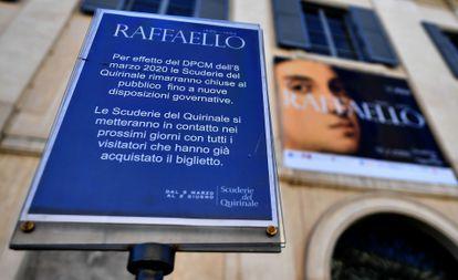 Un cartel anuncia el cierre de las Escuderias del Quirinal, que acogen la exposición sobre Raffaello.