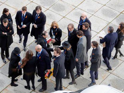 La familia Franco es recibida por el prior de la Basílica del Valle de los Caídos, Santiago Cantera, en octubre de 2019, para asistir a la exhumación de los restos del dictador.