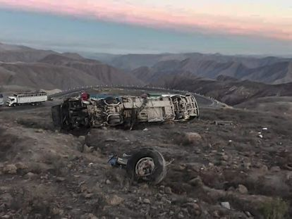 Un autobus que transportaba a trabajadores mineros  se volcó en el kilometro 47 de la carretera Nasca - Puquio, dejando al menos 27 muertos.