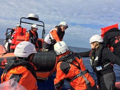 Miembros del equipo de salvamento de Médicos Sin Fronteras de la misión del 'Geo Barents' durante una práctica de rescate.