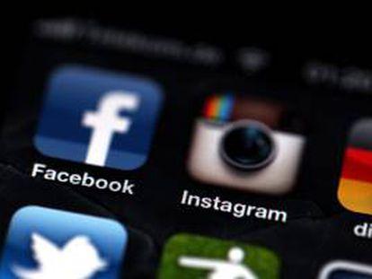 Fotografía del logo de Facebook (i) en un móvil. EFE/Archivo
