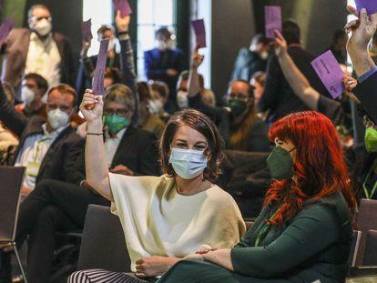 La líder de Los Verdes, Annalena Baerbock, en el centro, durante el congreso extraordinario de su partido, este sábado en Berlín.