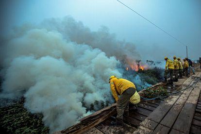 Bomberos y voluntarios en un incendio en la Amazonía brasileña en septiembre.