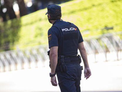 Un agente de la Policía Nacional en Madrid, en una foto de archivo.