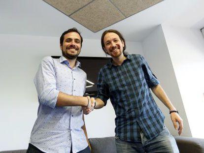 Pablo Iglesias recibe a Alberto Garzón en la sede de Podemos.