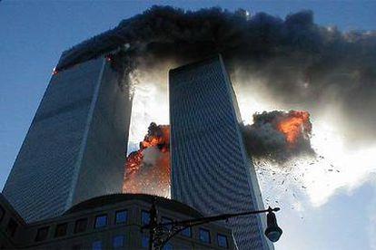 Las Torres Gemelas de Nueva York arden tras los atentados suicidas,  el 11 de septiembre de 2001.