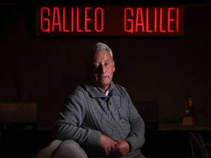 Domingo Prieto, de 61 años, posa en el interior del local Galileo Galilei donde lleva 33 años como encargado de sala.